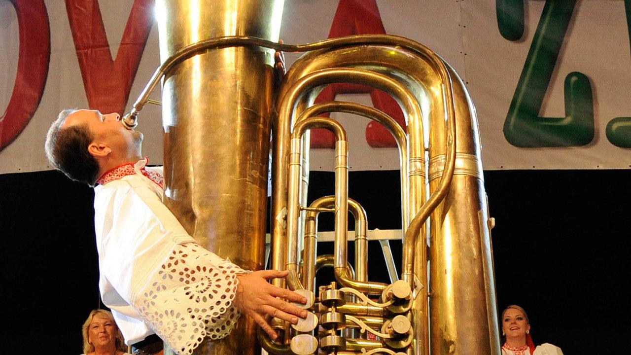 Největší tuba nasvětě: Tuba byla vyrobena vroce 1913 pro světovou výstavu vNew Yorku. Dá se nani hrát, ikdyž měří dva apůl metru aváží 53 kilogramů.