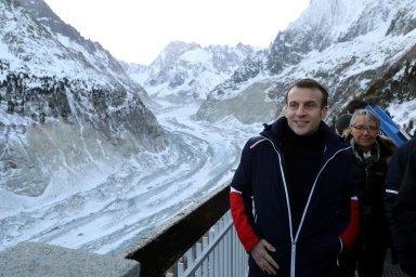 Ve čtvrtek ráno se Macron vydal na návštěvu největšího ledovce ve Francii Mer de Glace na úbočí Mont Blancu.