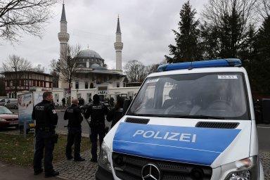 """Kvůli útokům v Hanau blízko Frankfurtu nad Mohanem, při nichž ve středu pozdě večer 43letý Němec zastřelil devět lidí s migračními kořeny, Německo zpřísňuje ochranu """"citlivých zařízení"""" včetně mešit."""