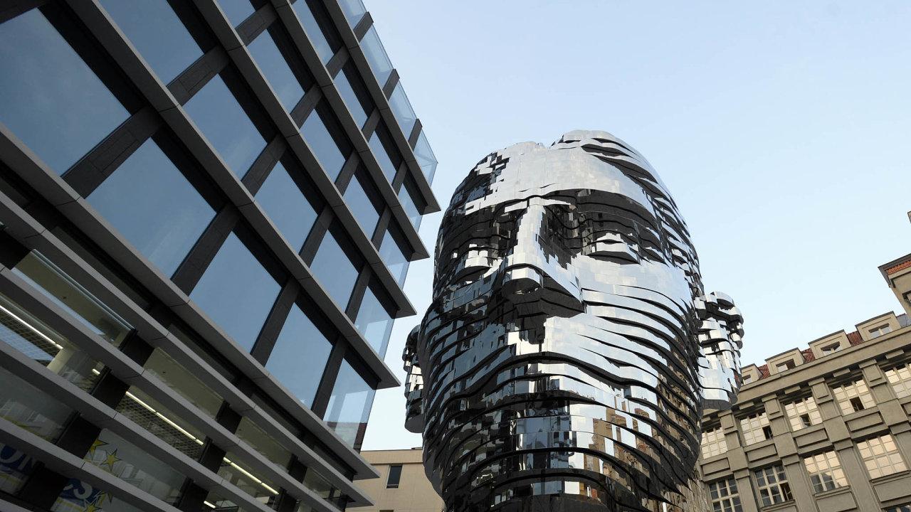 Jedním zesymbolů vzestupu realitní skupiny CPI je socha Franze Kafky odDavida Černého. Firma zani zaplatila 30milionů aumístila ji před budovu Quadrio vPraze. Tu vlastní amá vní centrálu.