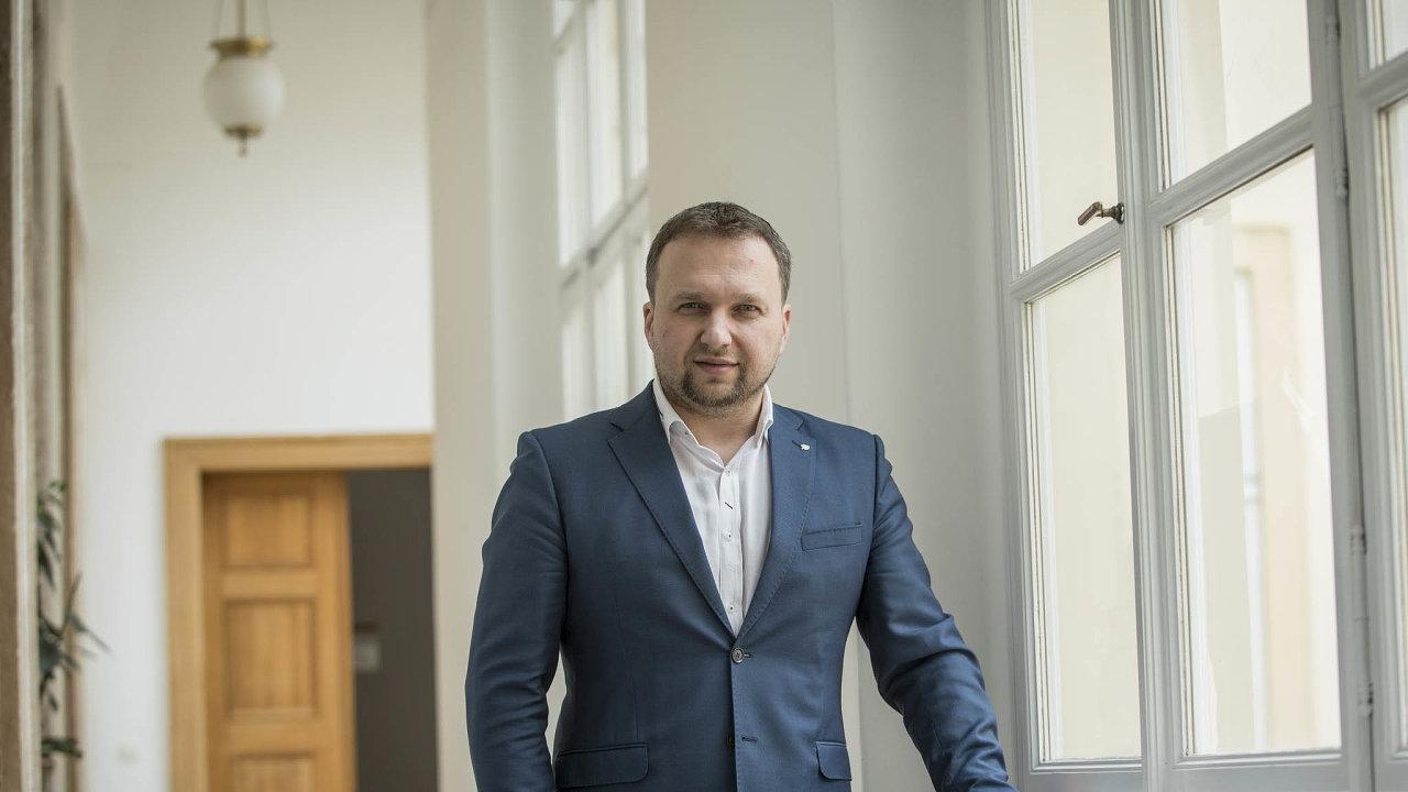 Nový předseda KDU-ČSL věří, že jeho strana bude mít poletošních krajských volbách čtyři hejtmany. Mluví také olimitech registrovaného partnerství a potratech.