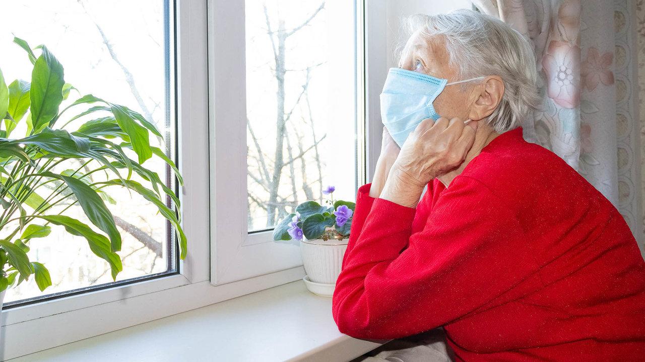 Akademici aorganizace, které pomáhají seniorům, žádají vládu, aby klienty azaměstnance domovů nechala plošně testovat.