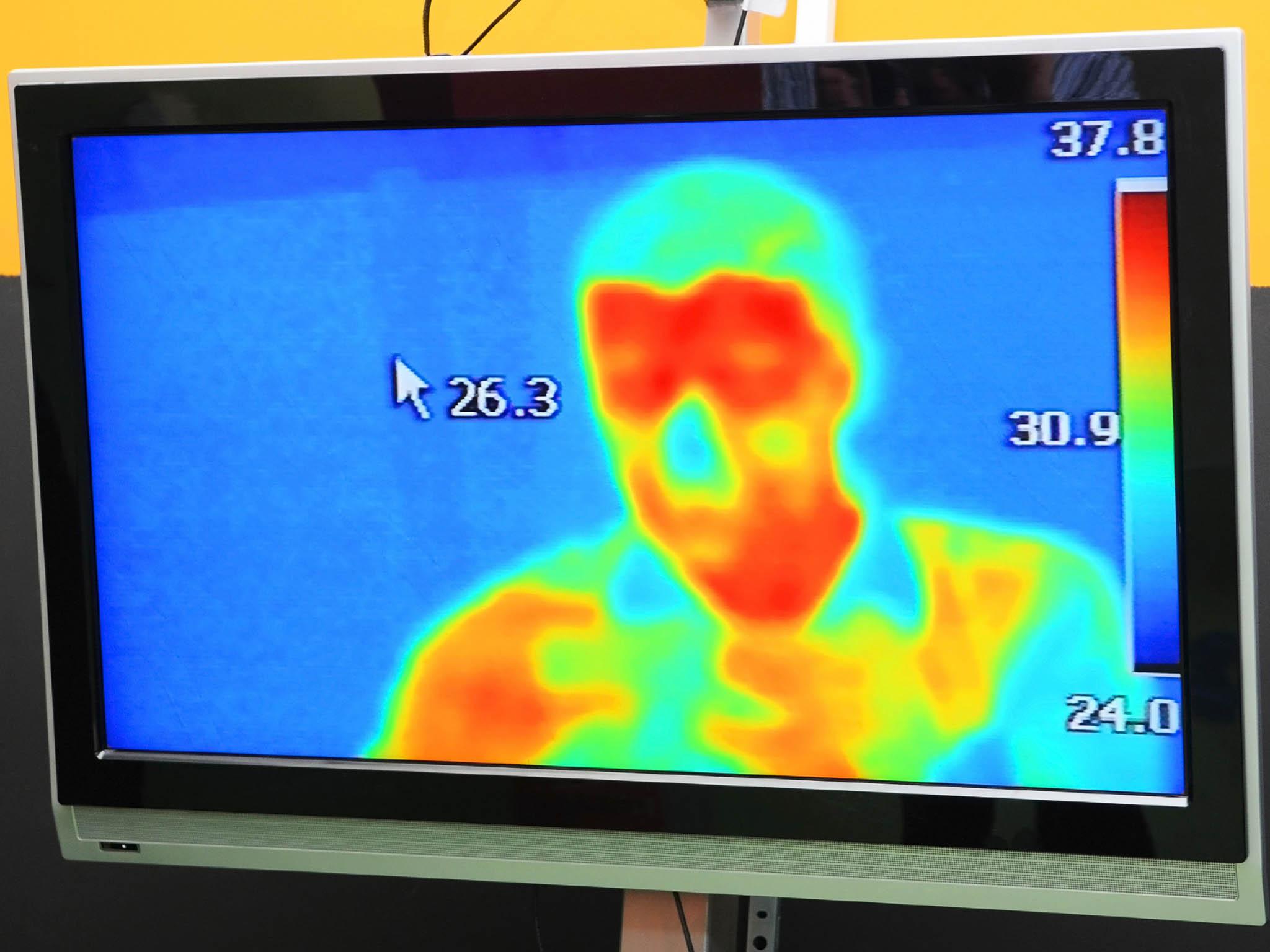 Termokamery dokáží s vysokou přesností a na vzdálenost několika metrů odhalit člověk se zvýšenou tělesnou teplotou. Ta je jedním se základních příznaků koronaviru.