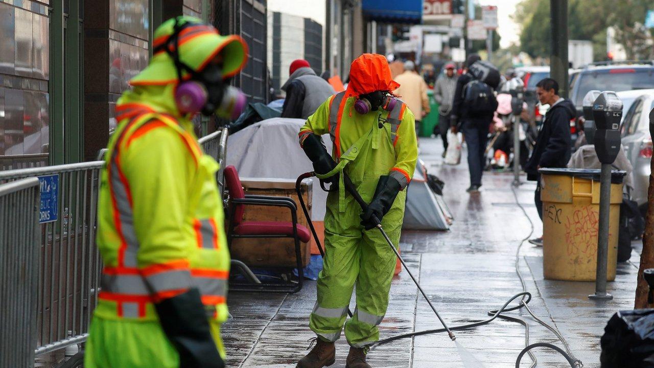 Pracovníci dezinfikují ulice San Franciska. Právě Spojené státy mají nejvíce případů koronaviru, téměř 250 tisíc. Celkově počet potvrzených nakažených na světě přesáhl hranici jednoho milionu.