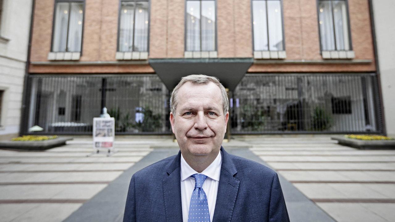 Termíny přijímacích řízení na Univerzitu Karlovu budou změněny a proběhnou v červnu a červenci, řekl v rozhovoru pro HN její rektor Tomáš Zima.