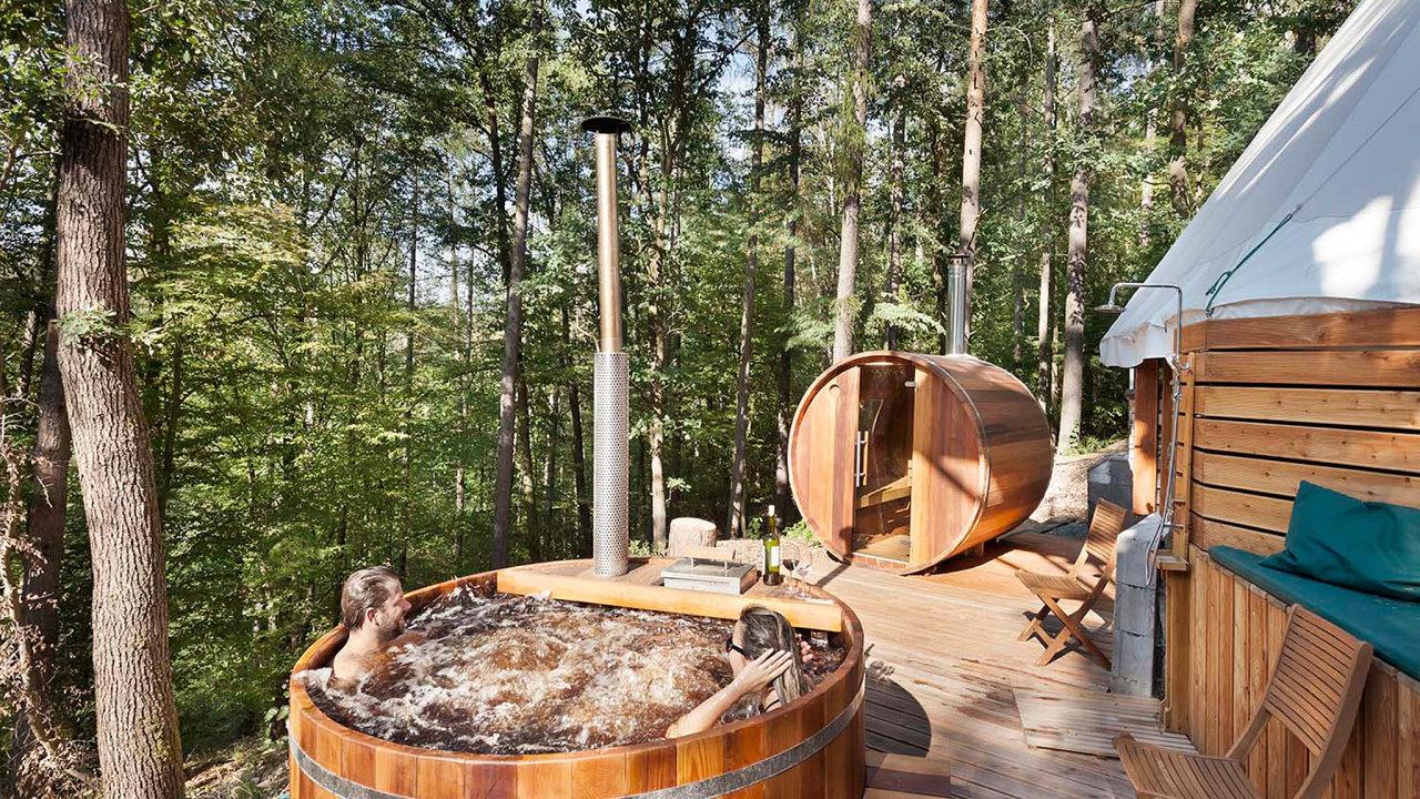 VTeepee & Spa si mohou návštěvníci vedle pobytu vluxusním týpí dopřát irelax vevenkovní cedrové sauně avířivce.