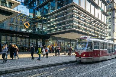 Projekty aspory. Pražský obchodní dům Quadrio, kde CPI sídlí, měl byl dějištěm činů, jež vedly ksoučasné soudní při mezi obžalovaným Janem Burianem a jeho bývalým zaměstnavatelem.