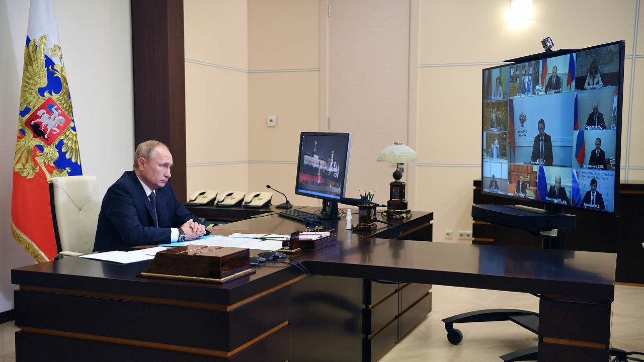 Ruské ministerstvo zdravotnictví schválilo první očkovací látku nasvětě proti koronaviru, který způsobuje nemoc covid-19. Oznámil to ruský prezident Vladimir Putin. WHO ji zatím neschválila.