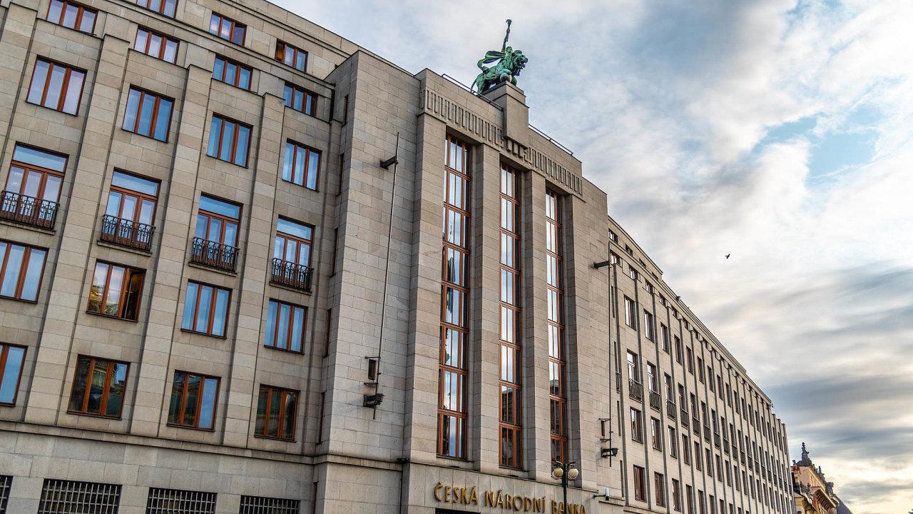 Vmeziročním porovnání včervenci nejvíce rostly ceny potravin, tabákových výrobků aalkoholu. Česká národní banka nyní očekává, že inflace bude postupně klesat.