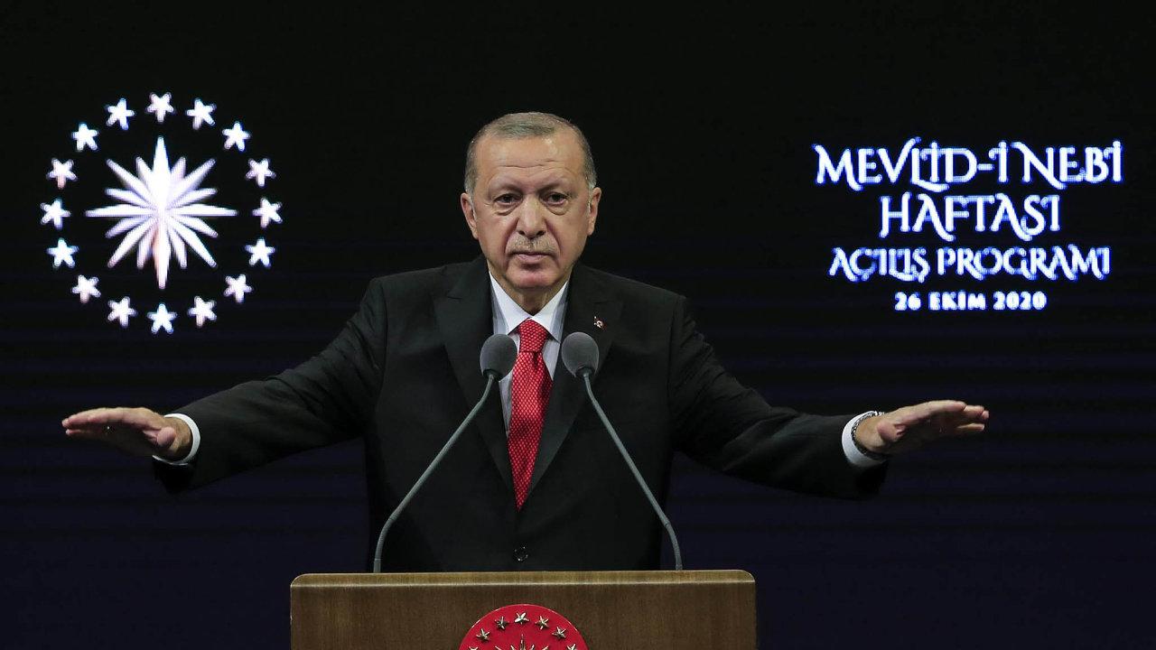 Turecký prezident Recep Tayyip Erdogan vyzval Turky k bojkotu francouzského zboží.
