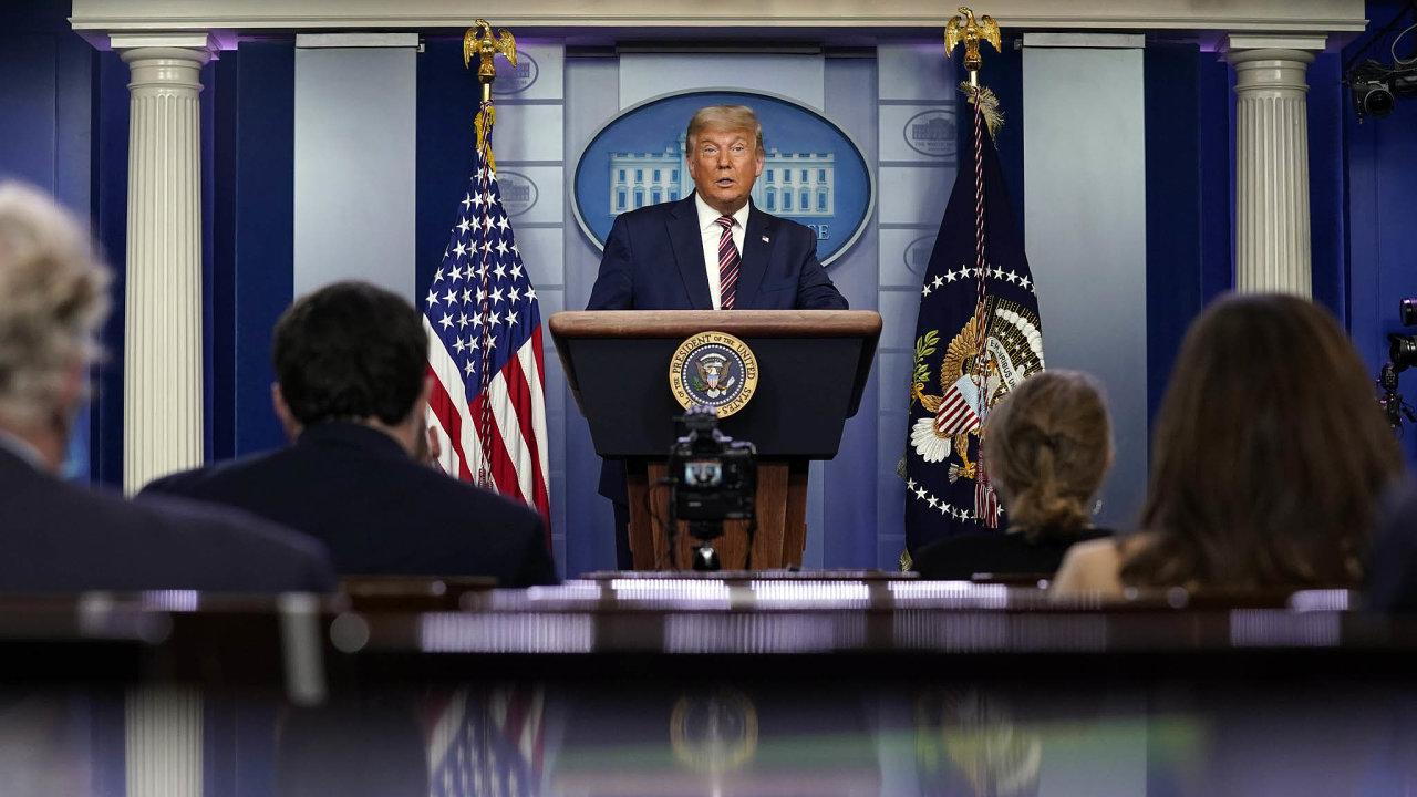 Má to jít doéteru? Donald Trump si při nepříznivém vývoji voleb pomáhal nepodloženými tvrzeními. Amerika amediální svět se neshodnou, zda měly televizní stanice právo vysílání projevu přerušit.
