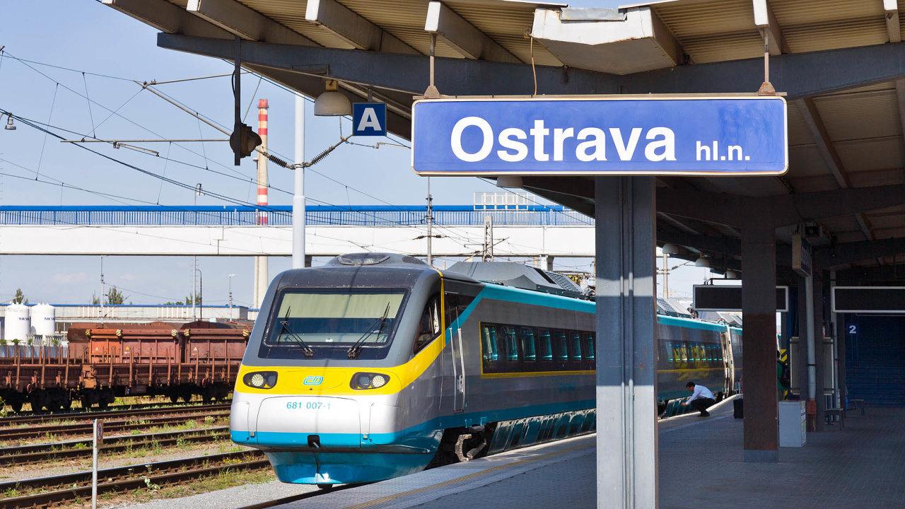 Vlak Českých drah Pendolino na nádraží v Ostravě.