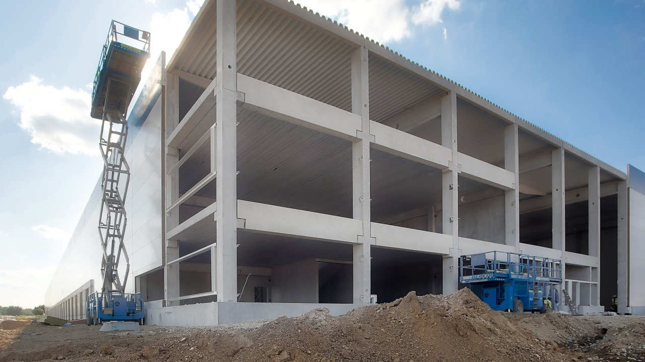 Výstavba nové haly pro Doosan Bobcat ve Zdicích.