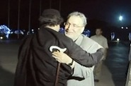 Shledání na letišti: libyjský vůdce Muammar Kaddáfí vítá propuštěného Abdal Basata Muhammada Midžrahího
