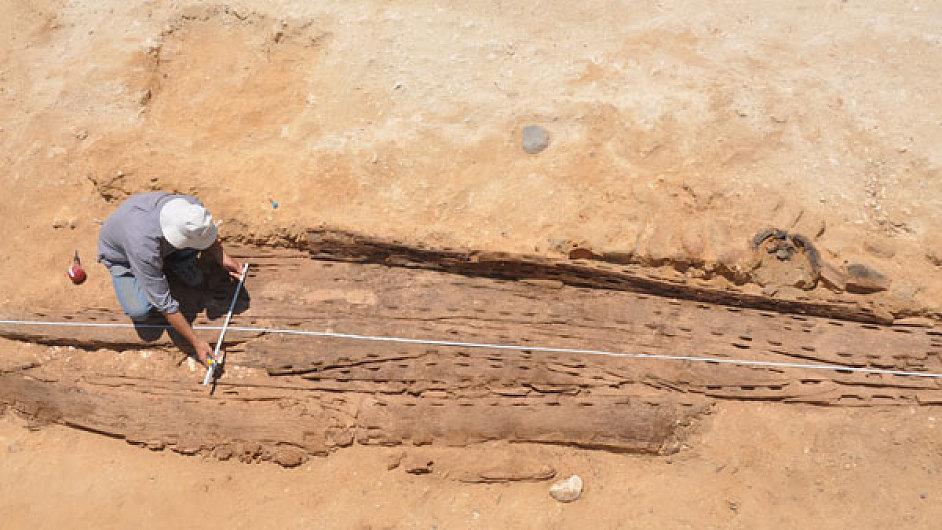 Archeologové odkrývají pohřební loď faraona v Egyptě.