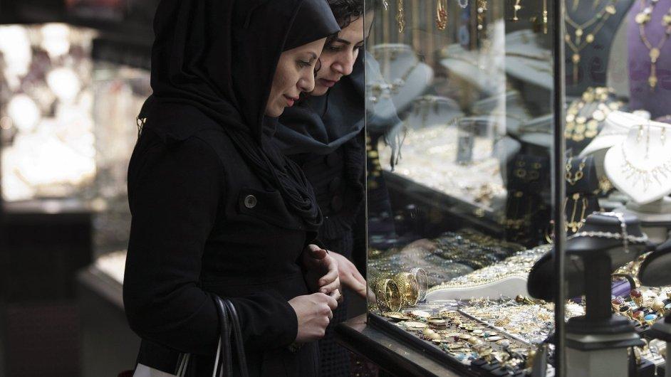 Íránské ženy u výlohy zlatnictví v Teheránu