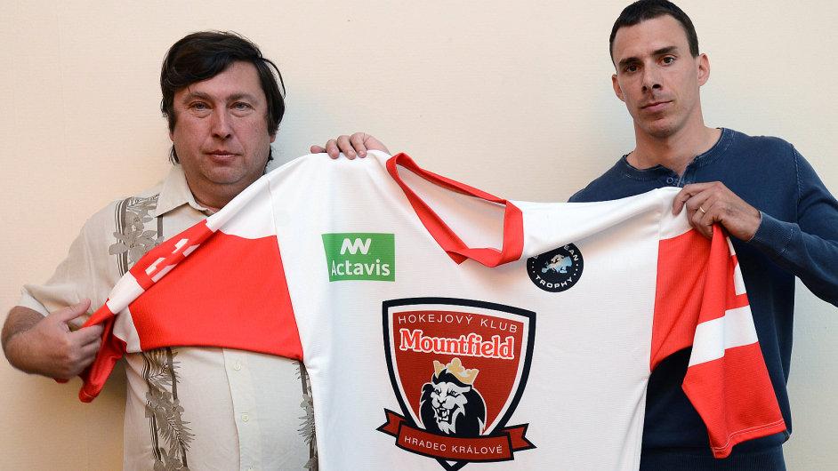 Zástupci Mountfield HK představují dres