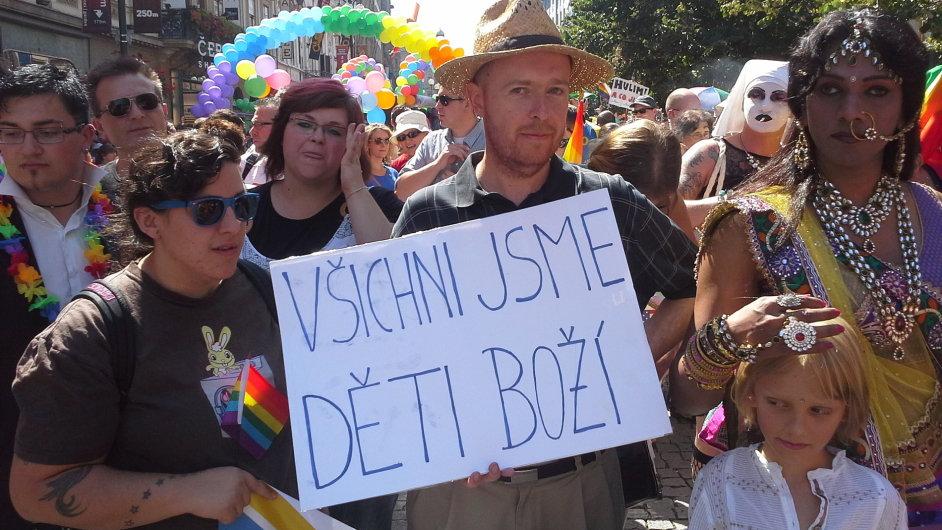 Profesor Martin C. Putna v čele průvodu Prague Pride.