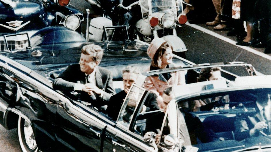 JFK projíždí Dallasem. Snímek byl pořízen minuty před atentátem 22. listopadu 1963