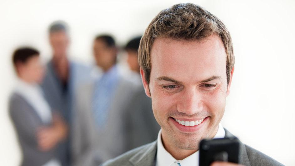 Časté používání mobilů před kolegy nemusí dělat dobrotu, ilustrační foto