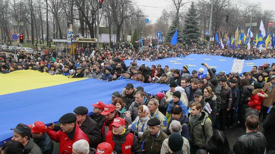 Demonstranti v neděli zaplavili ulice Kyjeva.
