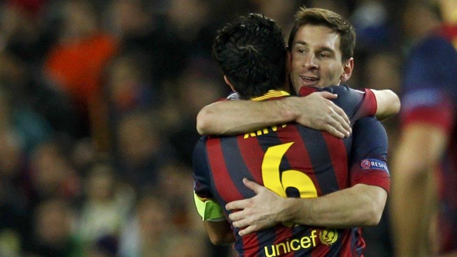 Lionel Messi slaví se spoluhráčem Xavim branku do sítě City