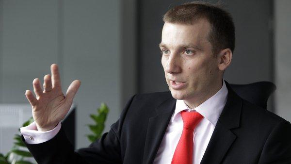 Pavel Cyrani p�vodn� vedl divizi strategie �EZ. Po odchodu Alana Svobody podle n�ja spadla i divize obchodu. Nyn� vym�l� vnit�n� transformaci firmy a pat�� pod n�j i firma �EZ Prodej.
