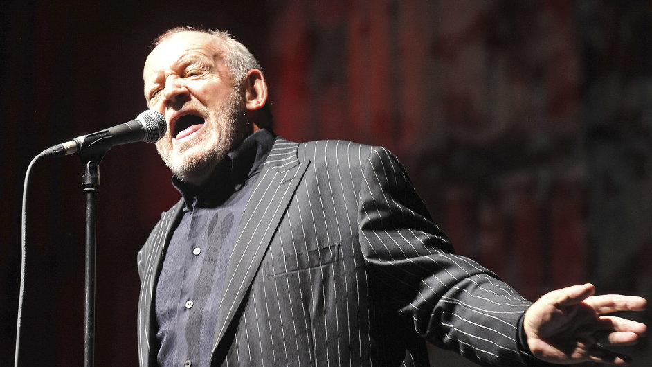 Archivní snímek zesnulého zpěváka Joa Cockera z vystoupení v Brně.