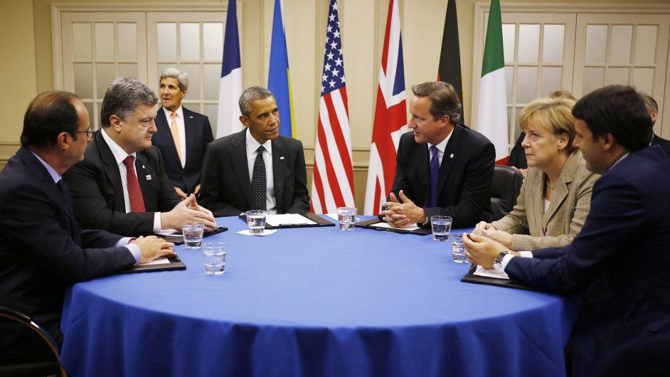 Angela Merkelová, Petro Porošenko, Francois Hollande spolu s dalšími politiky v čele s prezidentem USA Barackem Obamou na jednání skupiny NATO v září 2014.
