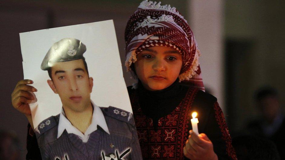 Jordánská dívka s fotografií pilota Maáze Kasásby.