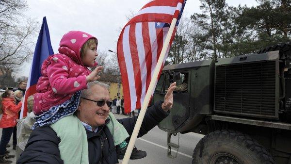 Americký konvoj dorazil do Vyškova, vítali ho místní.