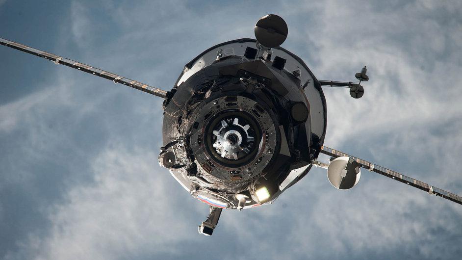 Rotující nákladní loď Progress (na snímku) spatřili kosmonauti na vesmírné stanici ISS ve vzdálenosti několika kilometrů. Nepodařilo se jim však s lodí navázat kontakt.