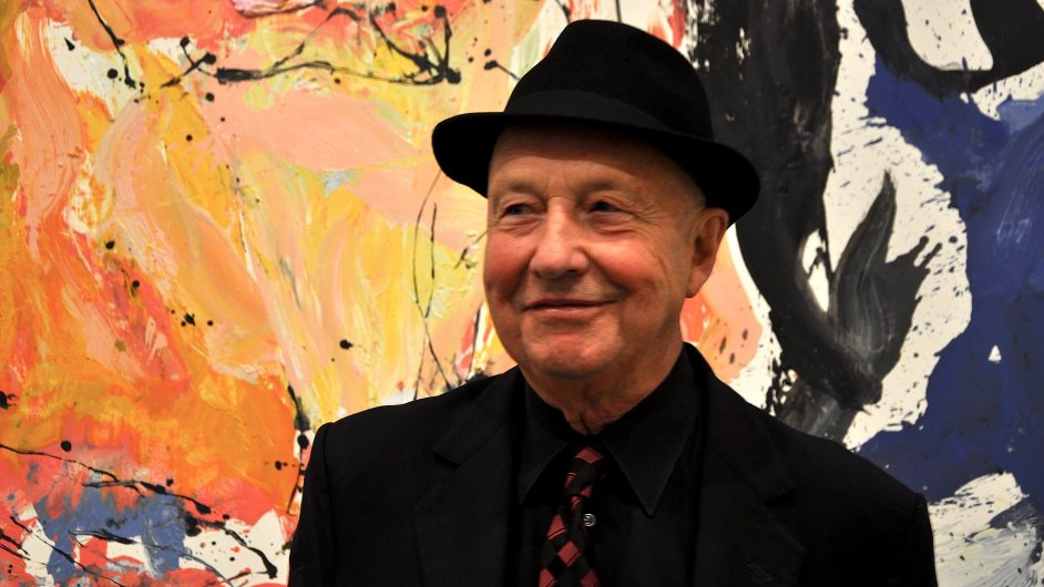 Malíř Georg Baselitz před obrazem vystaveným v londýnské pobočce Gagosian Gallery.
