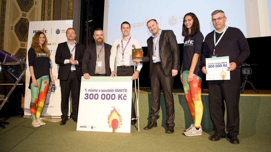 Michael Carvan ze společnosti Výzkumný technologický institut (uprostřed) s porotci soutěže Ignite, ve které získal první místo.