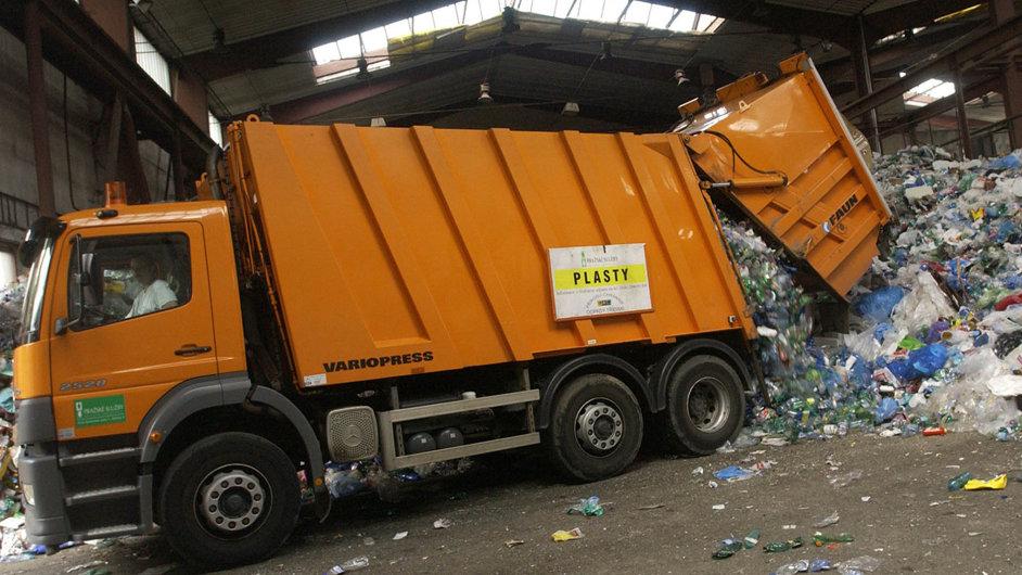 Zavaleni plasty. Pražské služby dosud nemají vlastní třídičku plastových odpadů - Ilustrační foto.