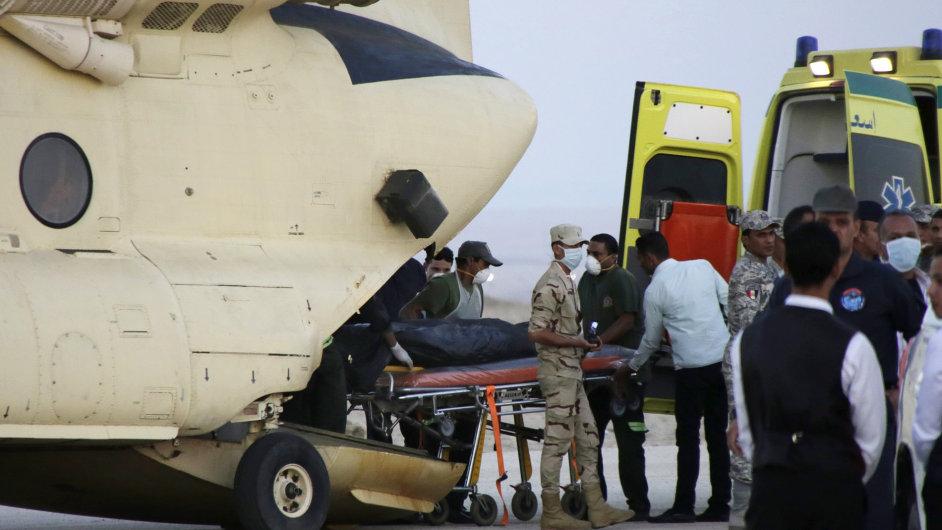 Záchranáři vyprošťují a převáží těla obětí. Pravděpodobnost, že někdo přežil pád ruského letadla, je mizivá.