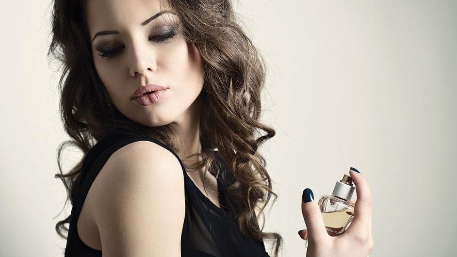 Vůně mohou vyvolávat nejenom pozitivní, ale i negativní emoce. Nevyplatí se tedy s parfémy, které chcete darovat, příliš experimentovat. Obdarovaný vám svou vůní sám napoví.