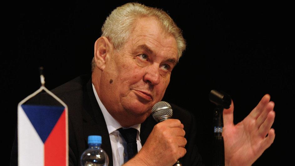 Prezident republiky Miloš Zeman pokračoval 8. prosince v návštěvě Ústeckého kraje. Odpoledne se ve Vrchlického divadle setkal s občany Loun.