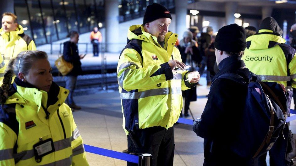 Dánský bodyguard kontroluje lidi, kteří se snaží dostat do Švédska - hledá mezi nimi uprchlíky.