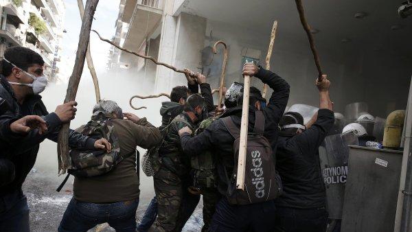Řečtí farmáři protestují v Aténách, zasahuje proti nim policie.