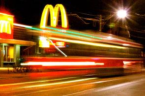 Kana�an procestoval cel� sv�t kv�li restaurac�m McDonald�s, cht�l ochutnat m�stn� speciality