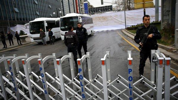 Turecká policie uzavřela místo útoku a začala pátrat po možných pachatelích.