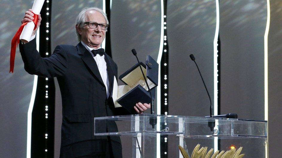 Ken Loach přebírá Zlatou palmu během nedělního závěrečného ceremoniálu festivalu v Cannes.