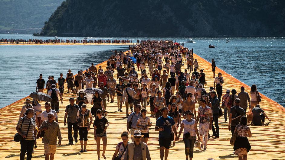 Společný projekt Christa a jeho již zesnulé ženy Jeanne-Claude se jmenoval The Floating Piers.