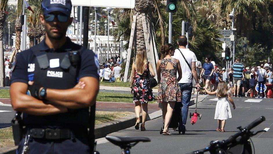 Francouzský policista hlídkuje v Nice po teroristickém útoku.