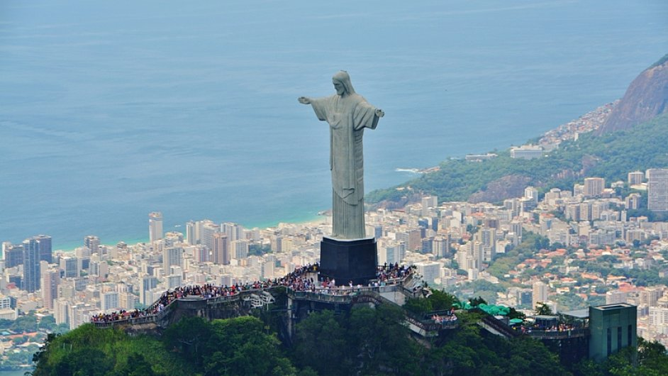 Obrovská socha Ježíše Krista se tyčí nad brazilskou metropolí.