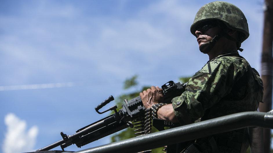 Ve stejné oblasti, v níž byla nalezena těla, došlo den předtím ke střetu mezi policií a zločineckou bandou. Na snímku mexický voják na místě činu.