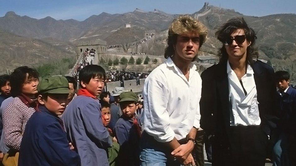 Členové dua Wham! George Michael a Andrew Ridgeley na snímku z Velké čínské zdi během turné po Číně roku 1985.