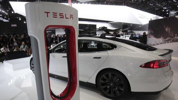Tesla Model S a nabíjecí stanice Supercharger na výstavě aut v Detroitu.