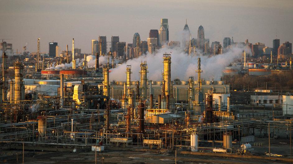 Lepší časy pro ropný byznys: Vyšší cenu ropy by uvítali také zpracovatelé, neboť by jim umožnila zlepšit ziskové marže. Nasnímku rafinerie vamerické Filadelfii.